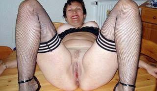 Mujer desnuda en su casa.