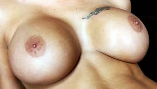 Gros seins tatouées.
